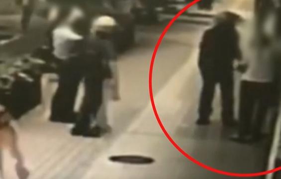 """台北""""中正纪念堂""""突发砍人案:60岁妇人持刀行凶砍伤路人"""
