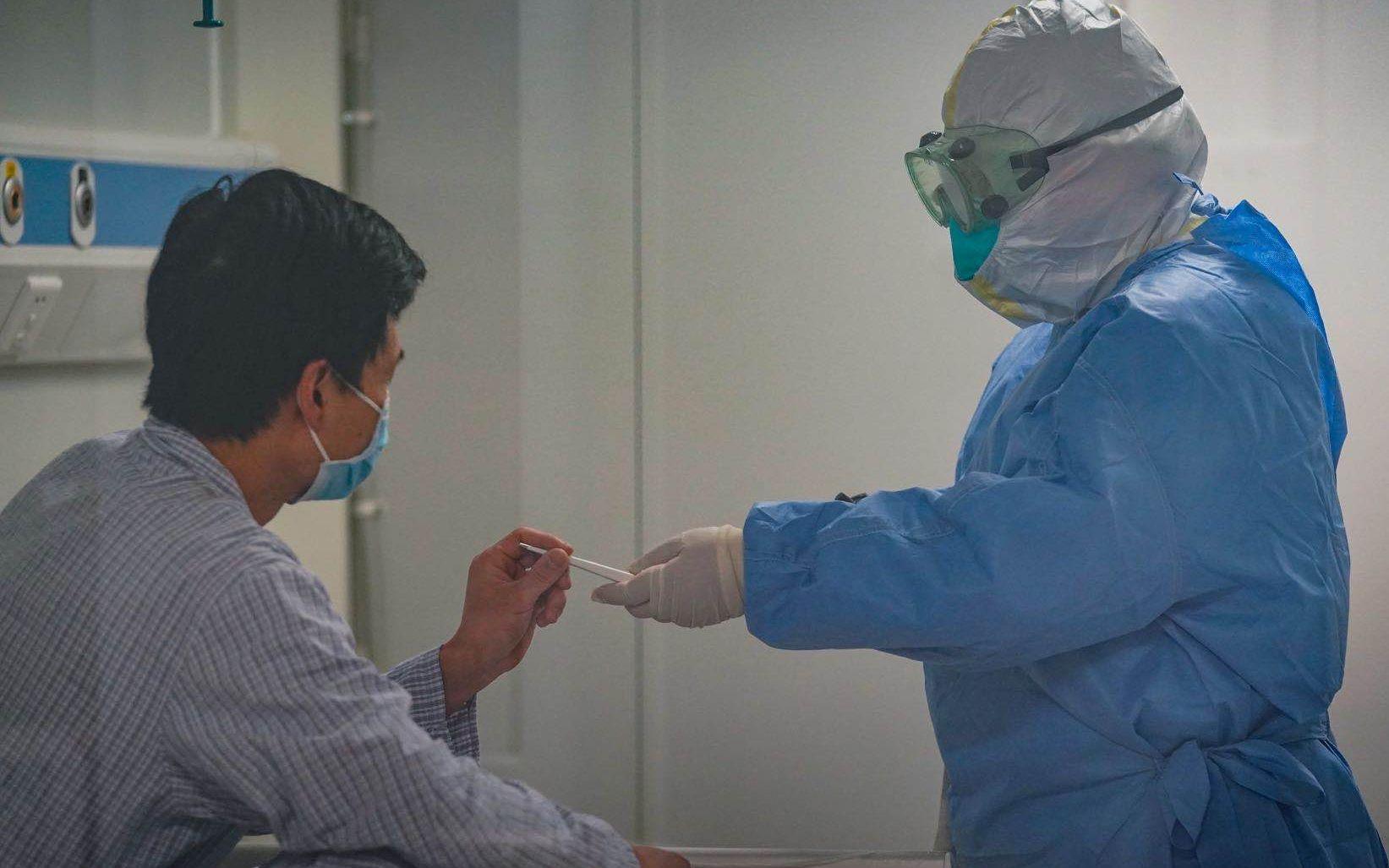 6月16日,北京地坛医院病区内,医务人员正在工作。新京报记者陶冉 摄