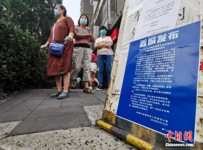 6月14日,西城区广外天陶红莲菜市场有一名往来新发地市场人员被确诊为新冠肺炎病例。图为社区路口贴出的通告。中新社记者 杜洋 摄