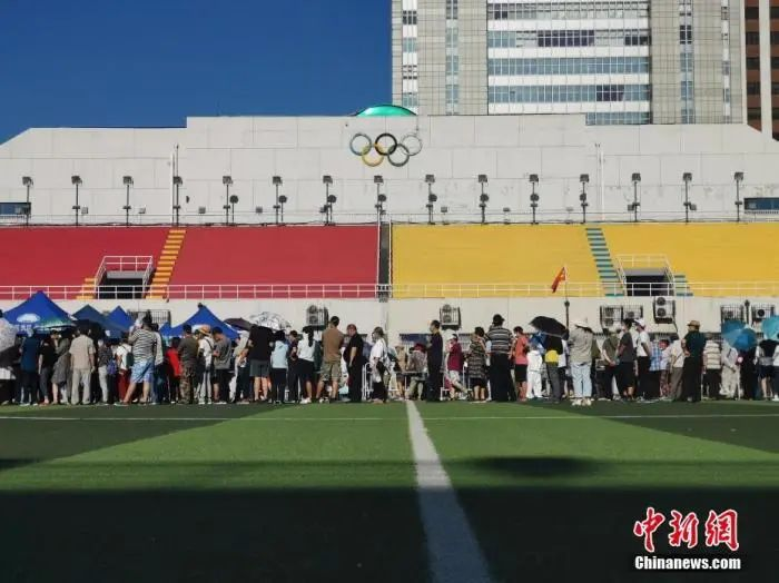北京市民在宣武体育场进行核酸采样。中新社记者 杜洋 摄