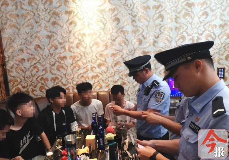 艷麗女子坐成排,柳州10家娛樂場所涉嫌有償陪侍