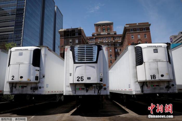 资料图:纽约曼哈顿贝尔维尤医院附近,冷藏卡车临时存放新冠肺炎死亡患者遗体。