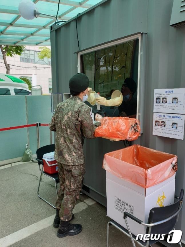 位于坡州市保健所的检测亭 图片来源:News1