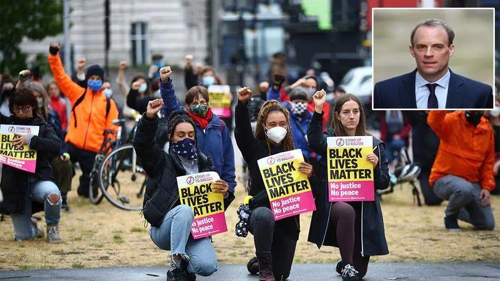 伦敦示威者单膝跪地。图源:路透社