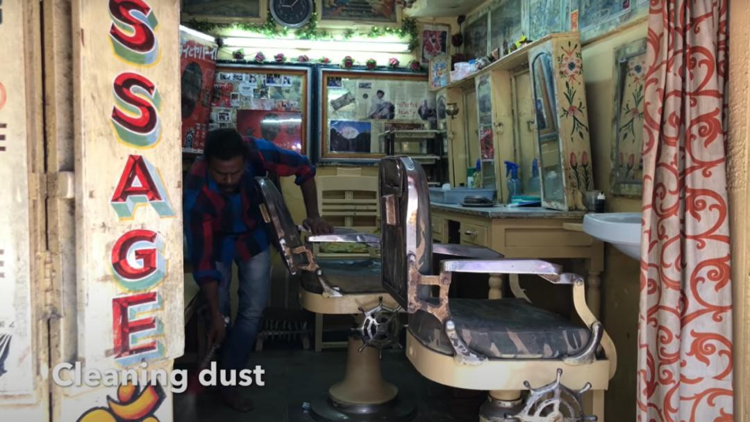 ▲正在给自己的小理发店做清洁工作的Baba Sen