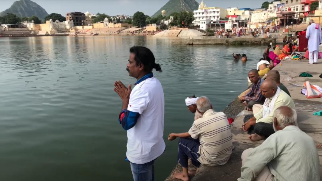 """▲在""""圣湖""""普什卡尔湖边做祈祷的Baba Sen"""