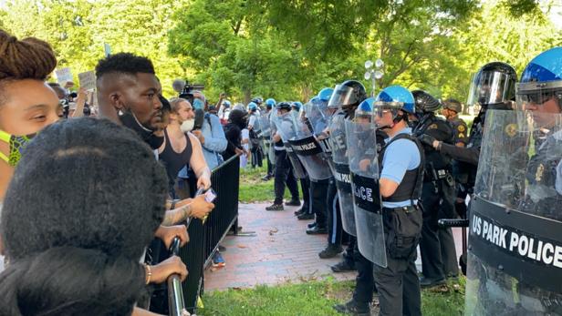 5月30日,大批示威者在白宫附近与警方对峙。图源:央视音信