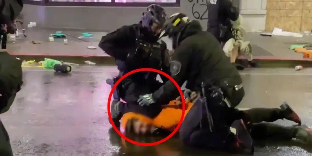 西雅图警察逮捕示威者时跪在其脖子上