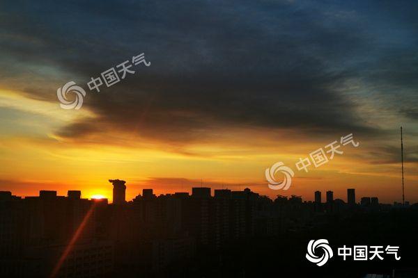 今晨,北京太阳初升,新的一天开始了。(图/继春)
