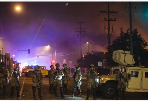 2020年5月30日,在美国明尼苏达州明尼阿波利斯市,国民警卫队成员在一处首火修建附近警戒。