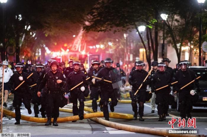当地时间5月30日,美国费城的抗议运动中,警察走上街头维护治安。