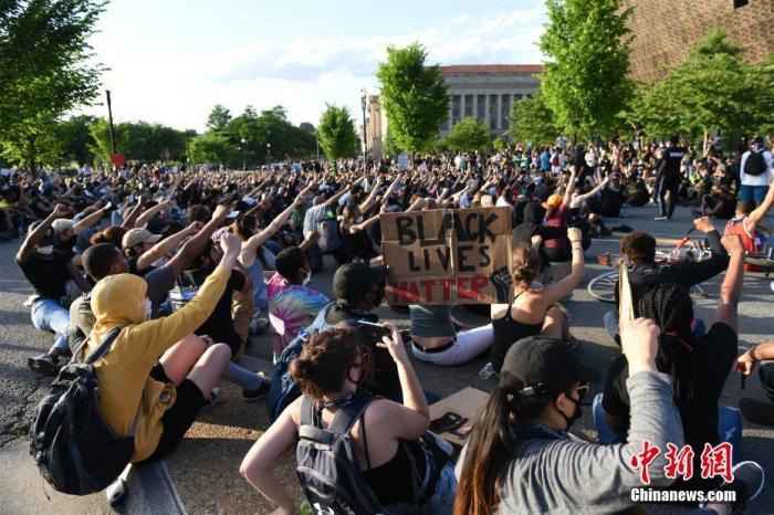 当地时间5月30日,逆栽族轻蔑抗议运动不息在美国首都华盛顿进走。图为示威者在非裔美国人历史文化国家博物馆前抗议。 中新社记者 陈孟统 摄