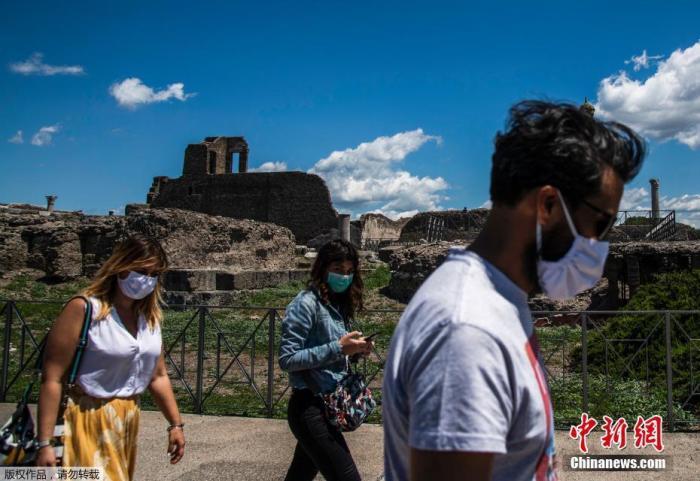 当地时间5月26日,游客在意大利庞贝古城遗址内参不益看游览。