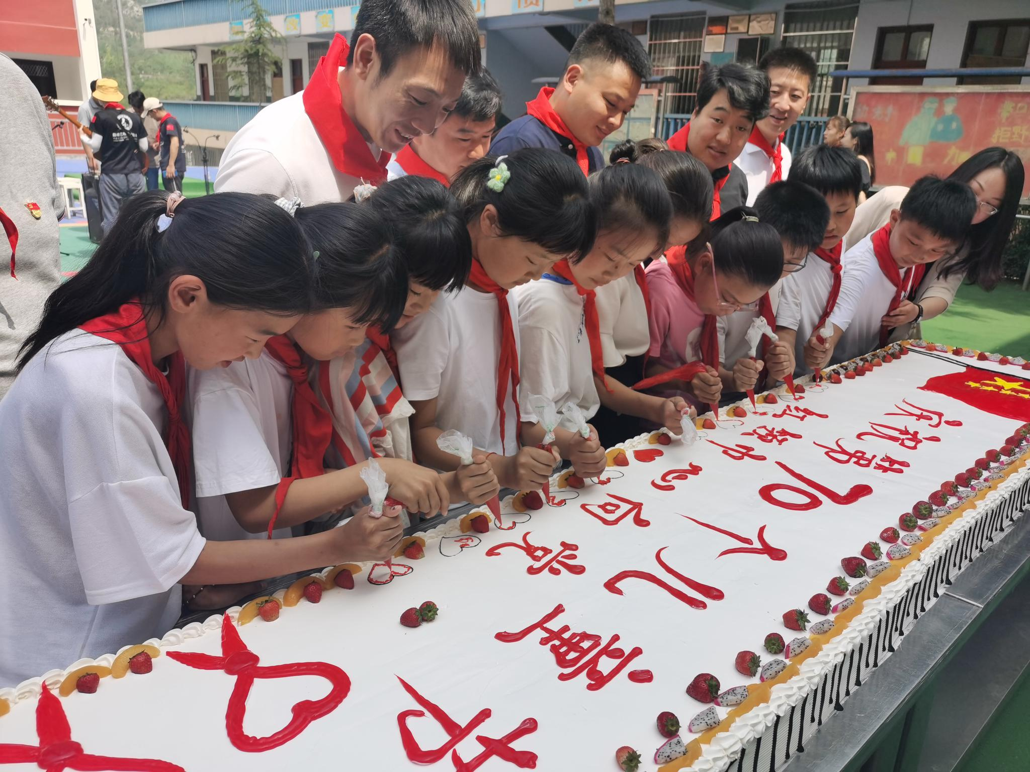 航拍:武汉火神山医院首个病房模块吊装
