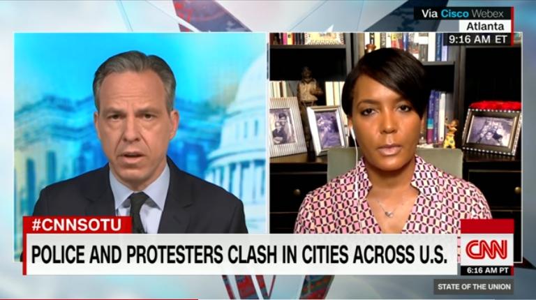 基沙·兰斯·布托姆斯批准采访 图片来源:CNN视频截图