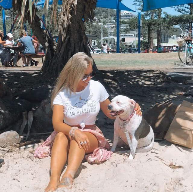 澳州31岁模特为事业在泰国丰胸,手术后副作用严重,急呼:快切掉