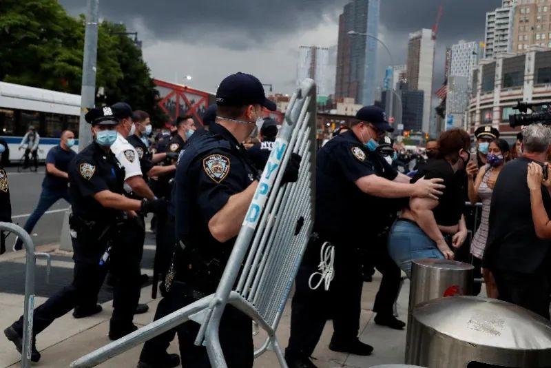 5月29日,在美国纽约,警察驱散抗议民多。图源:新华社/路透