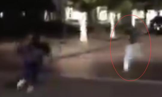 该外子手持砍刀追赶示威者。图源:RT