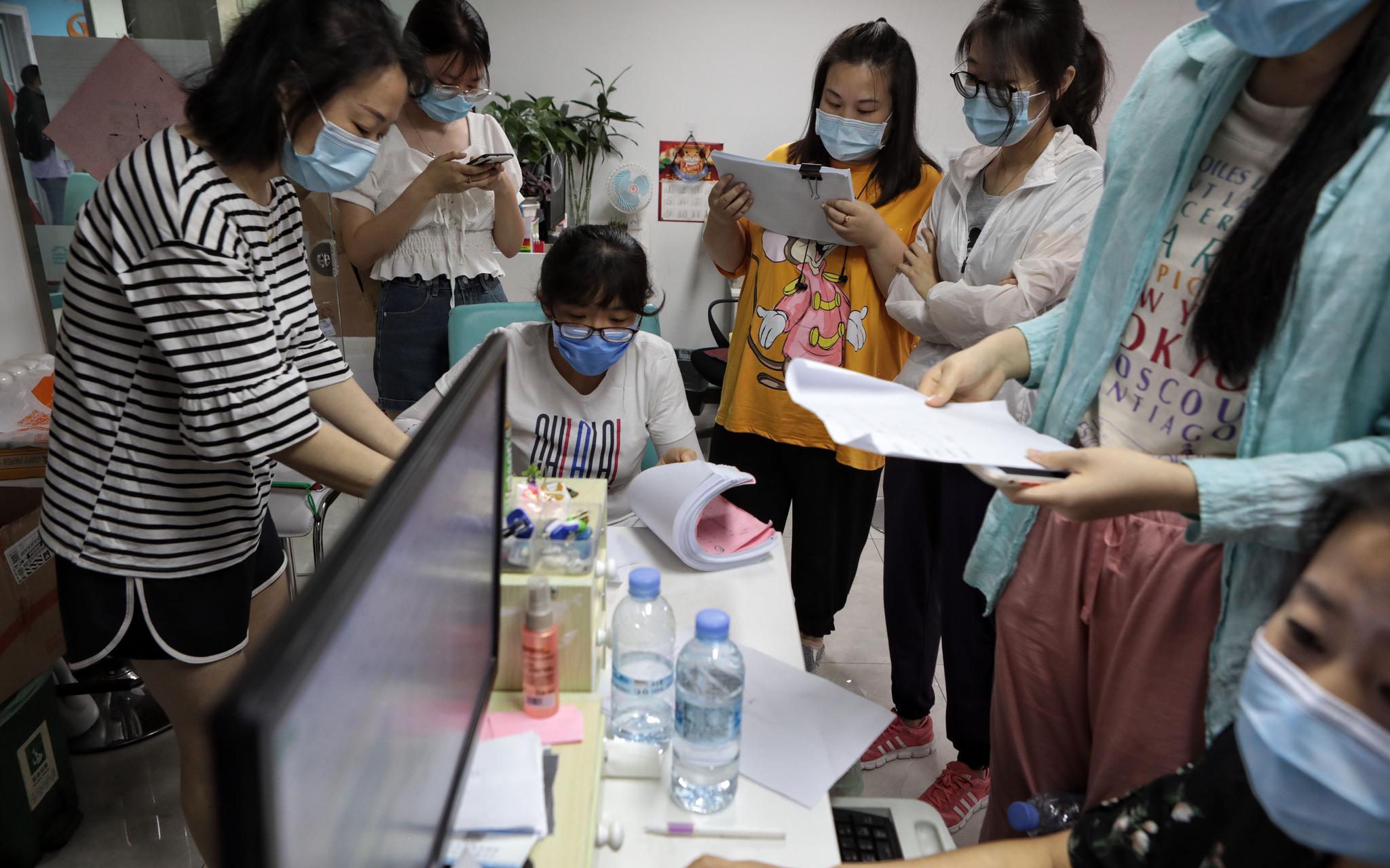 社区工作者们正在工作。   摄影/新京报记者 王嘉宁