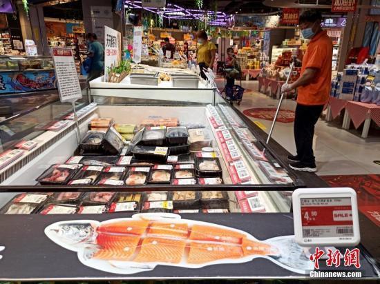 6月13日,北京丰台区一家超市内的三文鱼已下架。中新社记者 张宇 摄