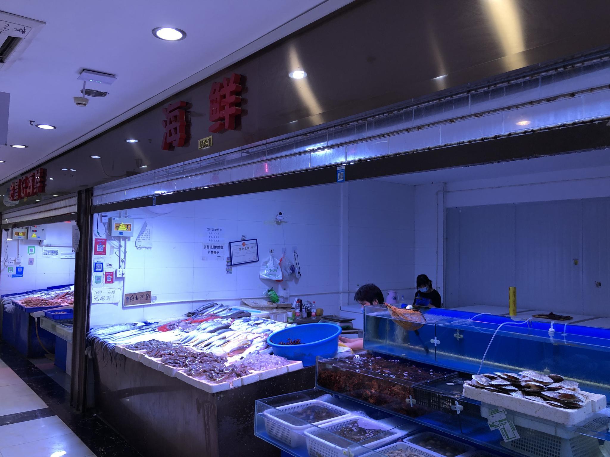 疫情发生后,北京某菜市场水产、海鲜商铺遇冷。澎湃新闻记者 汤琪 图
