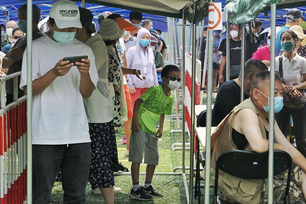 6月20日,北京,北京西城区新街口街道核酸检测采样点为城区居民进行核酸检测。 搜索结果:东方ic图库。