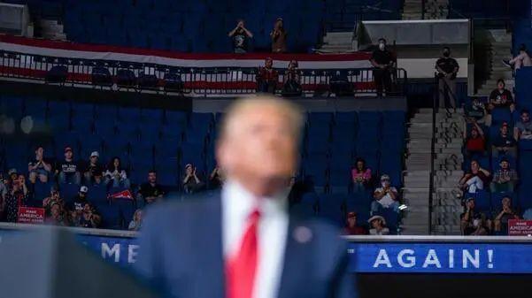 特朗普疫情后首次竞选集会现场图