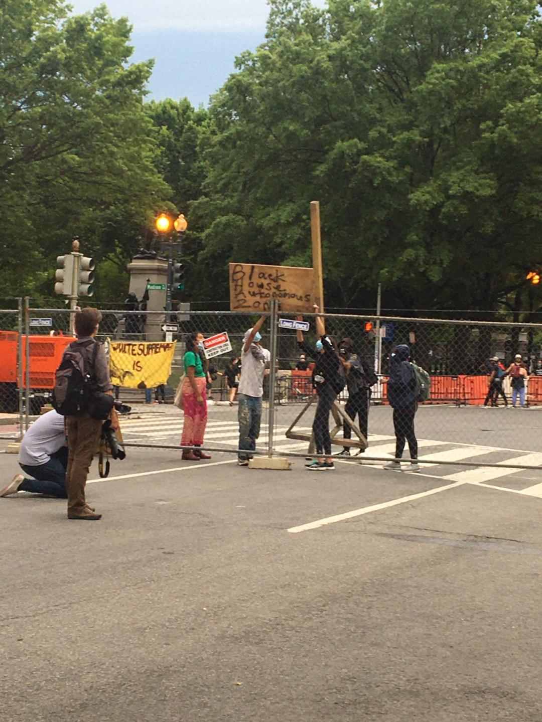 """示威者挂首木板,上面写着""""暗宫自治区"""" 图源:推特"""