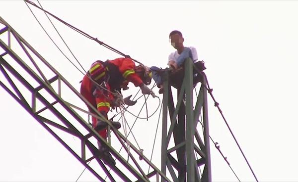 95后酒后爬40米铁架却又不想轻生 爬不下来电话求救