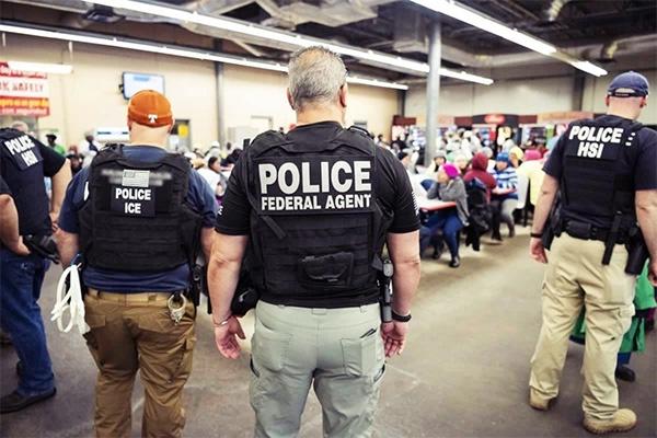 去年8月,美国移民与海关执法局(ICE)在密西西比州突击搜捕非法外劳,大型的食品加工场与养殖场是搜捕的主要目标。