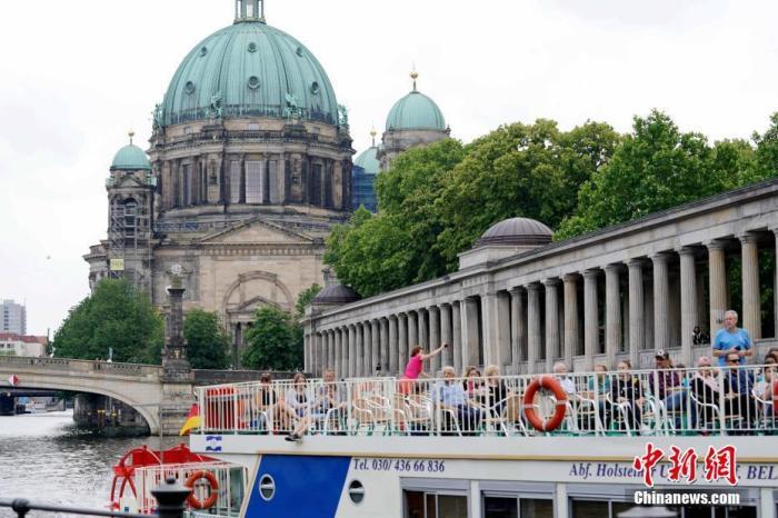 德国首都柏林著名景点和地标建筑之一柏林大教堂日前重新向游客开放。图为6月12日下午,一艘游船上的游客以柏林大教堂为背景自拍。 中新社记者 彭大伟 摄