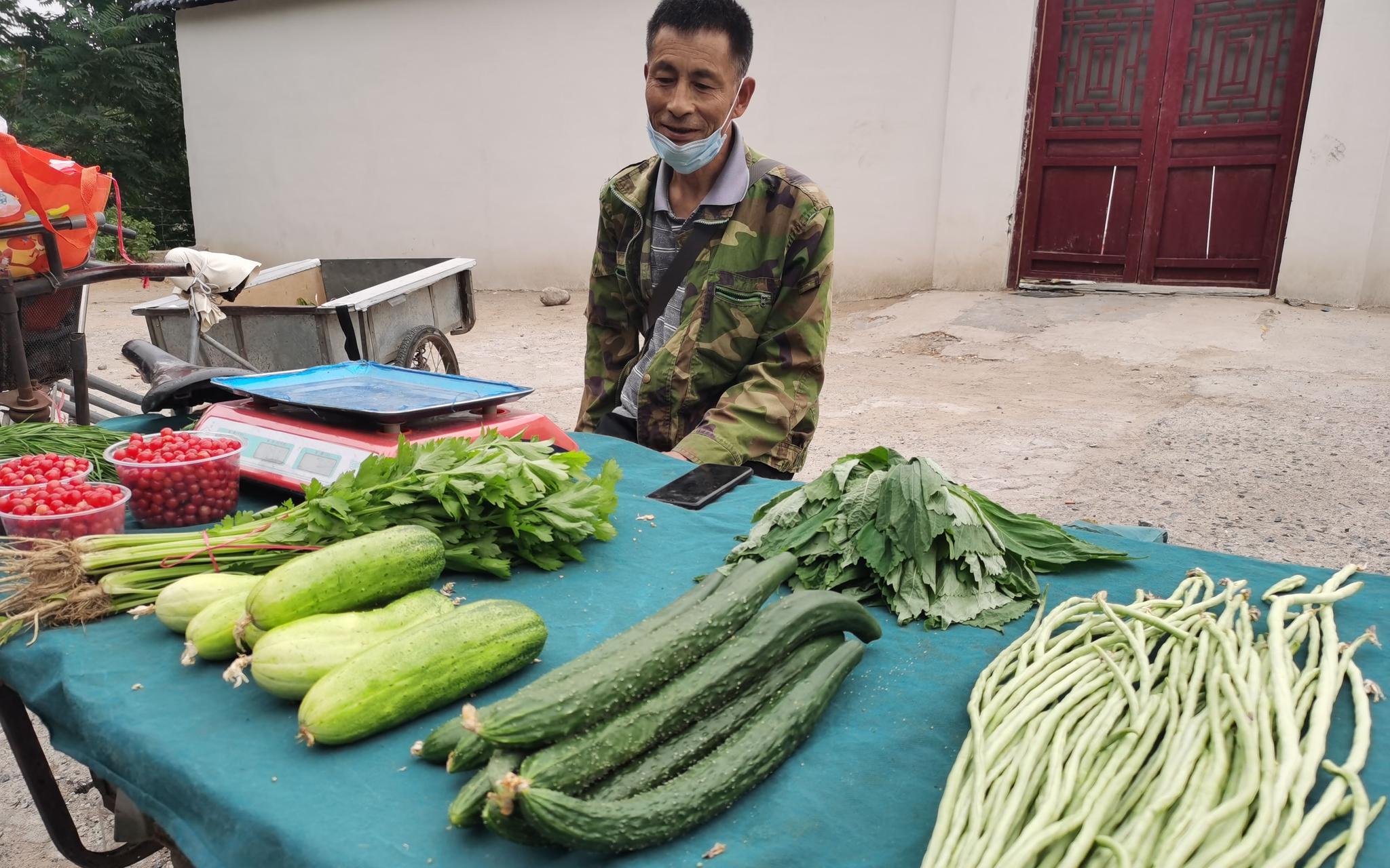 农户们在零散集市上卖菜。新京报记者 王颖 摄