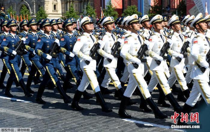 图为中国自如军海陆空三军仪仗队亮相俄罗斯红场阅兵式。