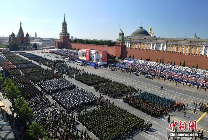 当地时间6月24日,俄罗斯祝贺卫国搏斗胜利75周年红场阅兵最先前,鸟瞰阅兵方阵。