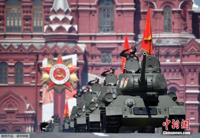 当地时间6月24日,俄罗斯祝贺卫国搏斗胜利75周年红场阅兵式举走。图为第二次世界大战时期的T-34坦克在阅兵式中穿过红场。