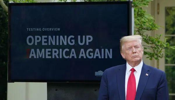 """▲原料图片:4月27日,特朗普在白宫疫情吹风会上说话,身后屏幕上表现""""重启美国""""字样。(法新社)"""