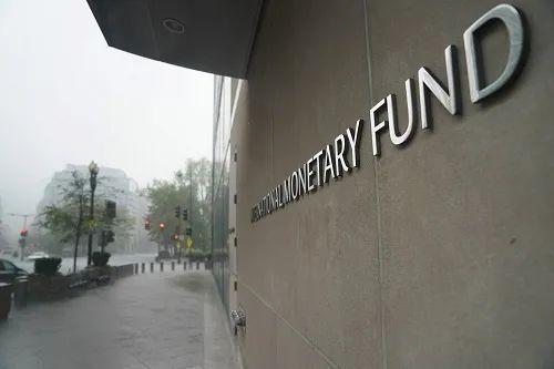 ▲原料图片:雨中的国际货币基金布局总部大楼。新华社记者 刘杰 摄