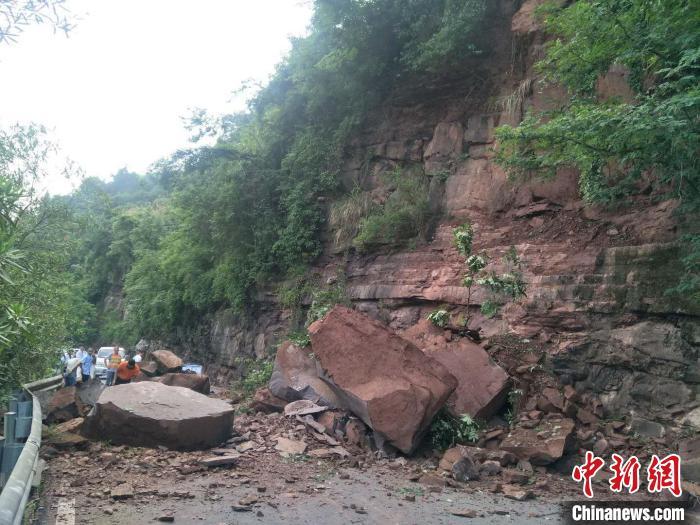 暴雨致湖南沅陵县国道塌方,现场滞留人员1000众人、车辆70众台。沅陵公路 供
