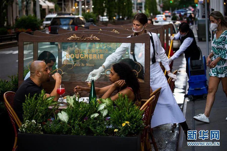 ▲6月25日,人们在美国纽约一家餐厅的户外用餐区就餐。新华社发(郭克 摄)