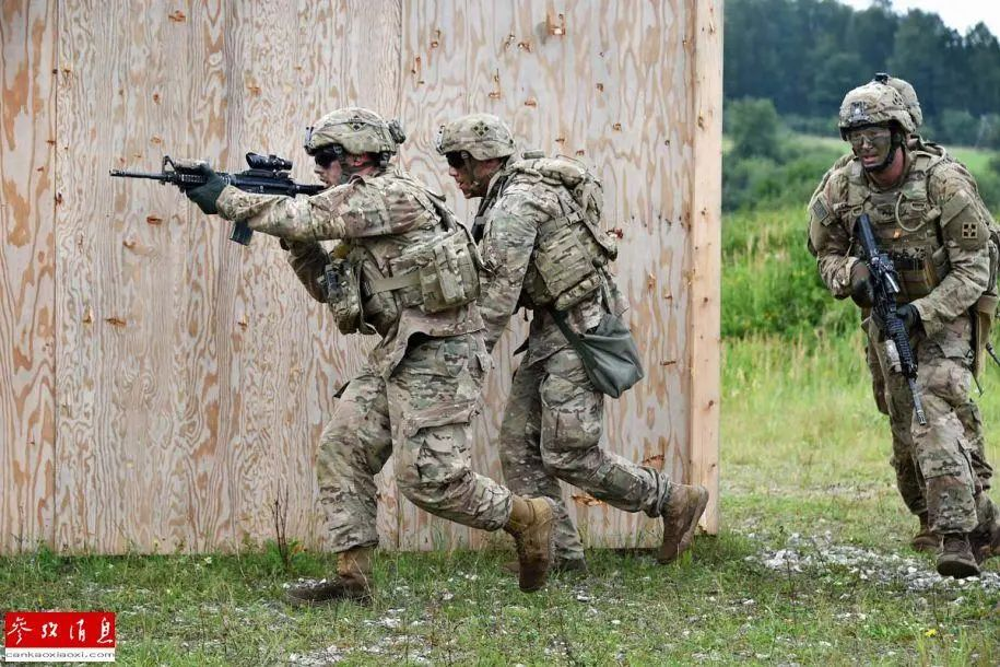 ▲原料图片:驻德美军在基地进走战术训练。