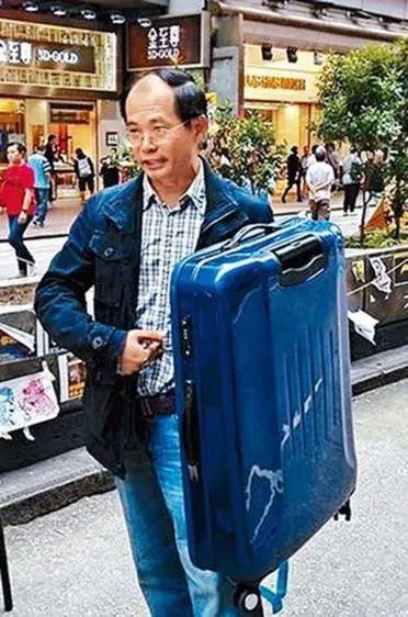 陈云曾于占旺区示范以行李箧作盾牌