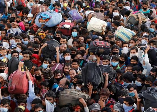印度工人离开新德里