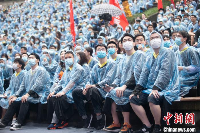 """重庆大学毕业典礼:因""""雨太大""""校长寄语只念要点"""
