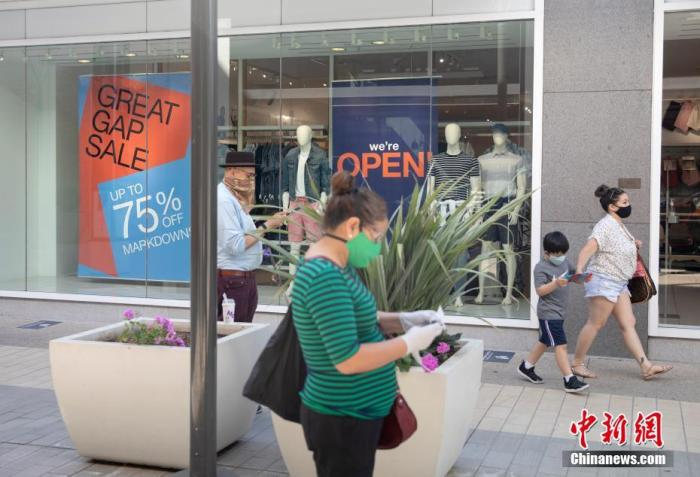 当地时间6月26日,美国北加州圣克拉拉县市民在斯坦福购物中心购物,包括旧金山在内的加州多个县决定放缓重启经济的步伐。 中新社记者 刘关关 摄
