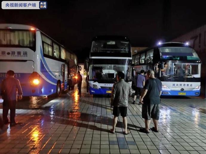 湖北钟祥暴雨逼停列车火车站紧急转运640名滞留旅客