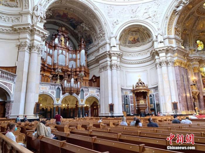德国首都柏林著名景点和地标建筑之一柏林大教堂日前重新向游客开放。图为6月12日下午,人们在柏林大教堂内参观。 中新社记者 彭大伟 摄
