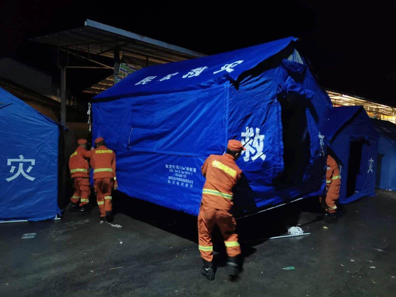 消防员连夜搭建帐篷。四川森林消防供图