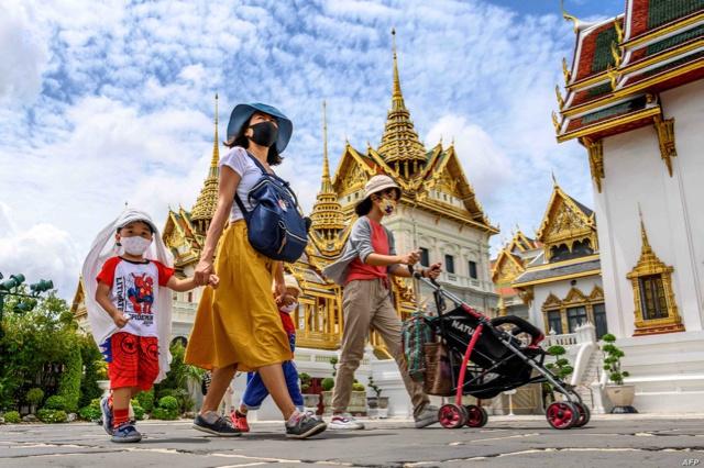 6月7日,人们参观重新开放的曼谷大皇宫