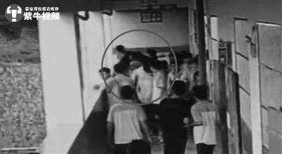 视频表现暗衣男孩被扔下楼。