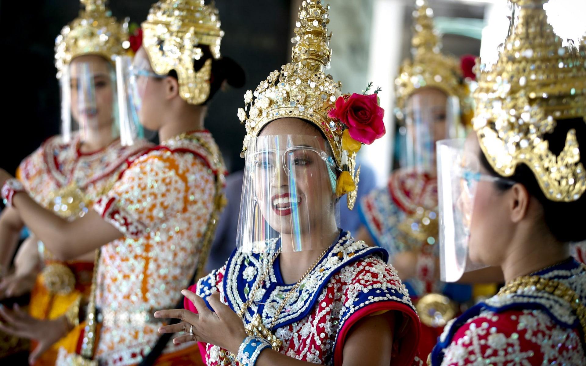 泰国舞者戴着防护套在四面佛景区表演 Diego Azubel 图